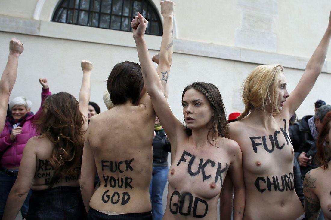вид, поведение протесты голых девчат сажусь песок отдыхаю